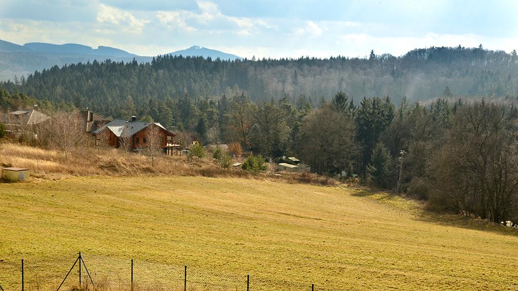 Pozemek na okraji lesa u Prahy